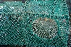 Horizontale close-up van kleurrijke doorstane garnalenvallen op een dok in westelijk Schotland Stock Foto