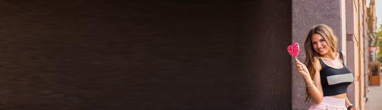 Horizontale donkere banner met mooi donkerbruin meisje, die lol houden Royalty-vrije Stock Afbeeldingen