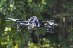 Horizontale Flug multicopter Mitte des Waldes Lizenzfreie Stockbilder