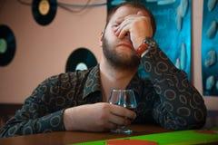 Horizontale Foto van de Dronken mens met een glas brandewijn bij de bar Royalty-vrije Stock Foto