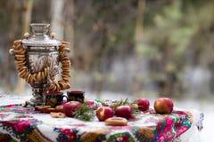 Horizontale foto van stilleven in de Russische stijl, met appelen, samovar en ongezuurde broodjes, voor thee Stock Foto's