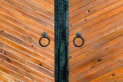 Horizontale geschotene uitstekende houten deur met ring stock afbeeldingen