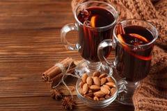 Horizontale Glühweinfahne des Winters Gläser mit heißem Rotwein und Gewürzen auf hölzernem Hintergrund Lizenzfreies Stockfoto