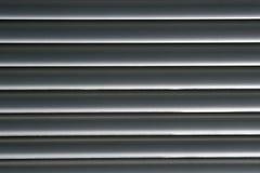 Horizontale graue Zeilen - Jalousien Stockfoto