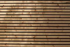 Horizontale hölzerne Latten mit Abständen, Hintergrund Lizenzfreie Stockbilder