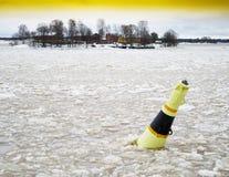 Horizontale klare gelbe Luftbombe im Eis Lizenzfreie Stockbilder