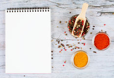 Horizontale Lebensmittelfahne mit Pfefferkörnern, Gewürz und Notizbuch auf hölzernem Hintergrund Leerer Platz für Text Stockbild