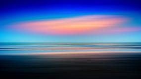 Horizontale levendige varitone oceaanzonsondergang Royalty-vrije Stock Fotografie
