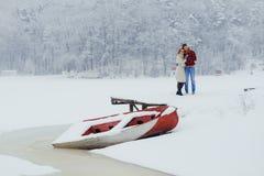 Horizontale liebevolle Paar-lächelnde glückliche umarmende Boots-Winter Snowy-Wiese Forest Isolted Christmas New Year Lizenzfreie Stockfotografie