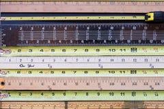 Horizontale Maßbände stockbilder