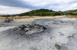 Horizontale mening met modderige vulkaanclose-up Natuurreservaat met mu Royalty-vrije Stock Foto's