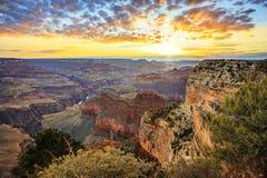 Horizontale mening van beroemd Grand Canyon bij zonsopgang Royalty-vrije Stock Foto's