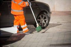 Horizontale Mening van Dustman Cleaning de Straat met een Zwabberslijtage royalty-vrije stock fotografie