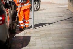 Horizontale Mening van Dustman Cleaning de Straat met een Zwabberslijtage Stock Foto