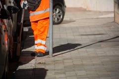 Horizontale Mening van Dustman Cleaning de Straat met een Zwabberslijtage Stock Afbeelding