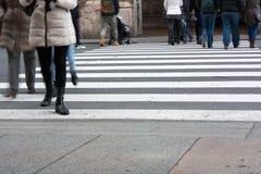Horizontale Mening van Mensen die en de Straat lopen kruisen Stock Fotografie