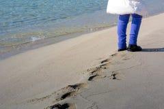 Horizontale Mening van Person Walking die op Zand Voetafdrukken maken royalty-vrije stock afbeeldingen