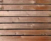 Horizontale raue strukturierte braune Holzbauweiseplanken benutzt als Fechten oder Wände im Freien stockbilder