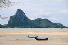 2 horizontale schepenvoorgrond en bergachtergrond Royalty-vrije Stock Foto's