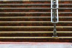 Horizontale Schritte und Metallhandlauf Stockfotos
