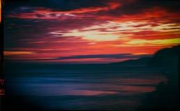 Horizontale uitstekende rode oranje trillende motio van de zonsondergang oceaanhorizon Stock Fotografie