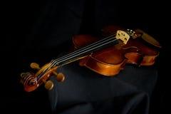 Horizontale viool in zwarte Royalty-vrije Stock Afbeeldingen