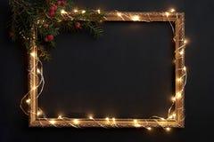 Horizontale Weihnachtspostkarte auf Schwarzem Stockfotos