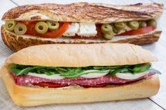 Horizontalement un sandwich derrière l'autre 2 sandwichs différents Photographie stock libre de droits