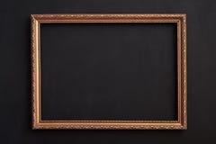 Horizontaler Goldrahmen auf Schwarzem für copyspace lizenzfreies stockbild