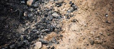 Horizontaler Hintergrund des industriellen Sandes mit Kohle stockfoto