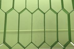 Horizontaler Hintergrund von einer Nahaufnahme eines grünen Metallgitters stockfotos