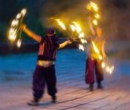Horizontaler klarer Fakir mit zwei Frauen, der mit Feuer spielt Lizenzfreies Stockbild