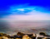 Horizontaler klarer Ozeanstrand-Abstraktionshintergrund Norwegens steiniger Stockfotos