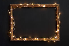 Horizontaler Rahmen mit Weihnachtslichtern auf Schwarzem Lizenzfreies Stockfoto