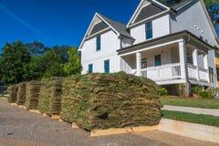 Horizontaler Rasen mit Haus Lizenzfreies Stockfoto