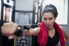 Horizontaler Schuss der starken kaukasischen ernsten brunette Frau tut Übungen in der Turnhalle Sportliche Frau, die mit Barbell  stockbilder