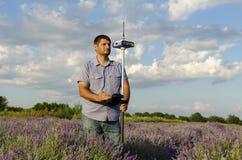 Horizontaler Schuss des Landfeldmessers auf einem Lavendelgebiet Stockbilder