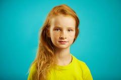 Horizontaler Schuss des netten Kindermädchens mit aufrichtigem Blick von Güte und von Ehrlichkeit, hat rotes Haar, schöne Sommers Lizenzfreie Stockfotografie