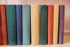 Horizontaler Stapel alte Bücher auf einem Regal Lizenzfreie Stockfotos