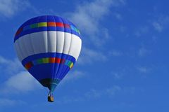 Horizontaler Streifen-Heißluft-Ballon Stockbild