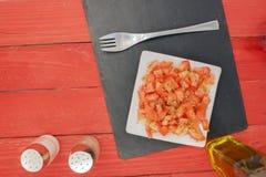 Horizontaler Tomatensalat Stockbild