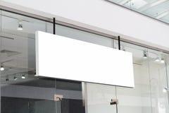 Horizontaler weißer Signage auf Shopfront Lizenzfreies Stockfoto