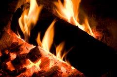Horizontales Bild des Feuer-Klotzes intensiv brennend lizenzfreie stockbilder
