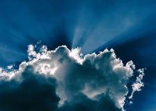 Horizontales blaues drastisches cloudscape mit Strahlen des Lichtes Stockbilder
