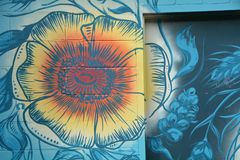Horizontales Blumen-Wandgemälde in im Stadtzentrum gelegenem Corvallis, Oregon stockbilder