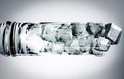 horizontales Cocktailglas gefüllt mit Eiswürfeln Stockfotografie