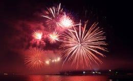 Horizontales Feuerwerk stockfoto