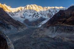 Horizontales Foto von Annapurna 1 und von seinem Gletscher morraine während der goldenen Stunde des Sonnenaufgangs, Himalaja lizenzfreie stockfotos