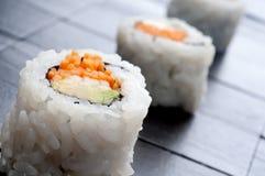Horizontales Makro von 3 Rollen der Sushi Stockfoto