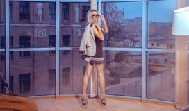 Horizontales Porträt moderner junger blonder Dame, die durch t aufwirft Stockfoto
